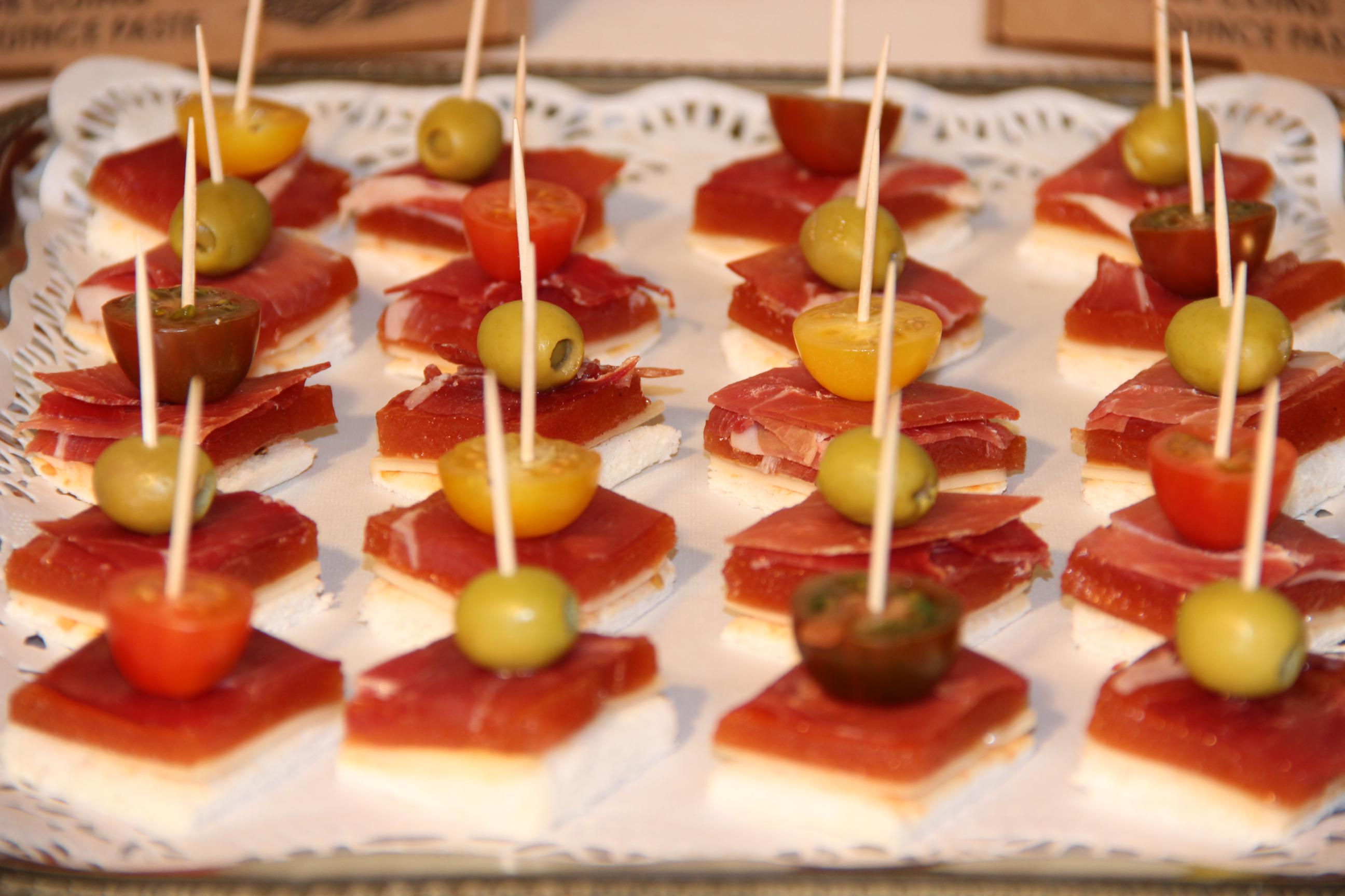 Canap de membrillo valliser con queso jam n y cositas for Canape de jamon y queso